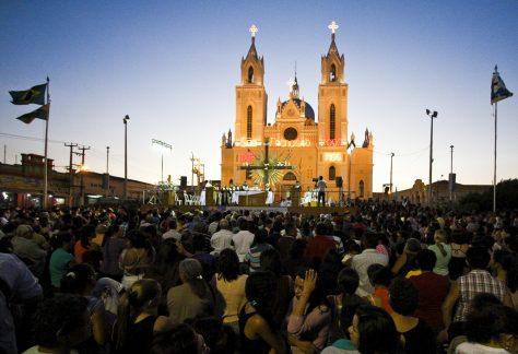 CANINDÉ, CE, BRASIL, 09-10-2014: Fiéis acompanham celebração de missa em frente à Basílica de São Francisco das Chagas (Santuário de Canindé). Romaria e festa de São Francisco das Chagas, em Canindé. (Foto: Edimar Soares/O POVO) *** Local Caption *** Publicada em 10/10/2014 - CP Publicada em 12/10/2014 - FAR 02